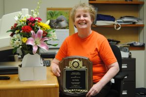 Jini with award from Carroll Center